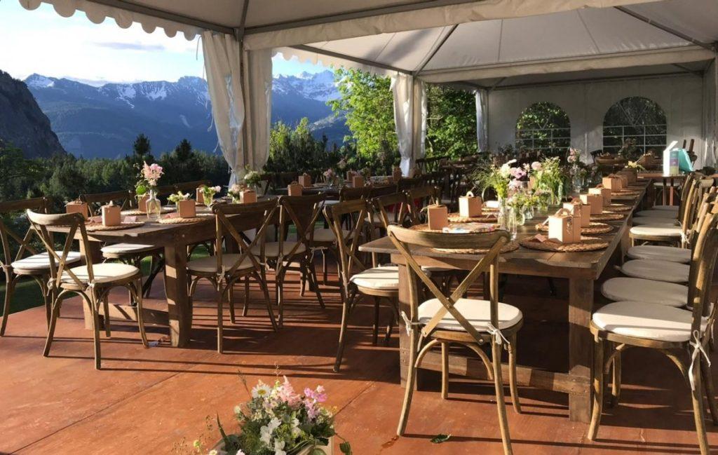 Tables Rustiques et chaises de Bistrot