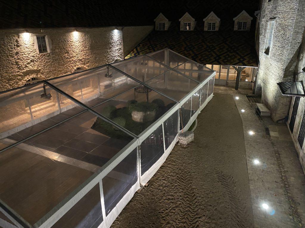 Montage chapiteau cristal cour du Chateau de Santenay